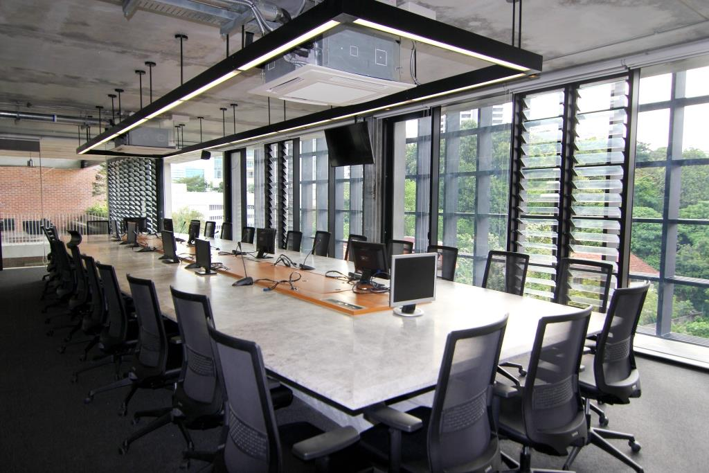 Breezway-Louvres-in-boardrooms-keep-occupants-cool-during-meetings