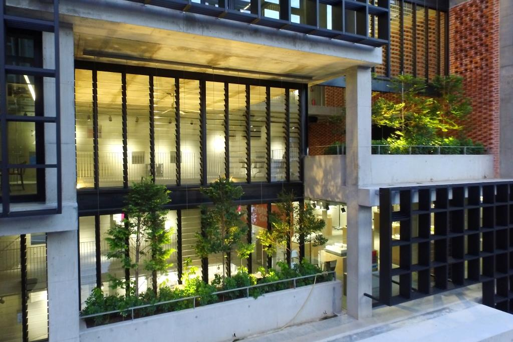Breezway-Louvres-make-a-great-feature-wall-in-the-PAM-Centre
