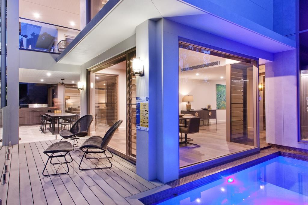 Outdoor-view-of-pool-and-entertaining-area-with-Breezway-Louvres